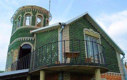 Восемь тысяч бутылок из-под шампанского и 20 лет жизни понадобилось украинцу, чтобы построить дачу