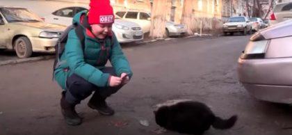 Мальчик поет зимой на улице ради бездомных котов! такой маленький, а уже ЧЕЛОВЕЧИЩЕ!