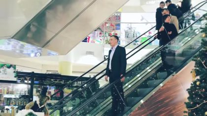 Парень спускался на эскалаторе в торговом центре. Всё бы ничего, но через минуту на него пялились сотни людей!