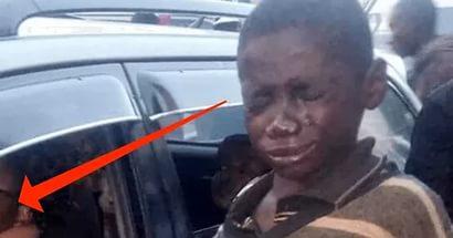 Бездомный ребенок подошел к машине, чтобы попросить мелочи, но то, что он увидел через окно, довело его до слез