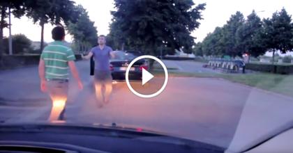 Этот водитель вышел из машины, приготовившись к драке… Но такой развязки он точно не ожидал!